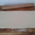 Etaler à un épaisseur de 3 mm et 30 cm de large pour détailler les croissants. Spread to detals croissants to 3 mm thick and 12 inch