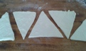Couper des triangles de 11 cms de large. Cut triangles of 4.4 inch of base and roll them
