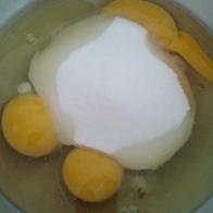 En attendant mettre les œufs et le sucre dans un saladier inox ou verre. Put both eggs and sugar in prepare bowl.