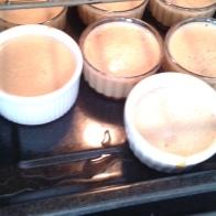 Verser dans les ramequins quasi à hauteur et mettre la plaque à l'entrée du four sur la grille. Pour in ramkins quite on edges, and put baker sheet on oven rack.