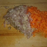 Pendant ce temps, tailler les carottes et échalote. Awaiting, mince the shallots and carrots