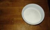Peser 100 grs de sucre en poudre . weigh the sugar