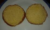 Couper les pains burgers pour les toaster. Cut the bun and toast sides