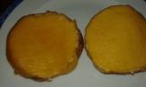Ajouter les tranches de mimolette pour les gratiner un peu. Put slice of mimolette cheese on each and toast to melt it