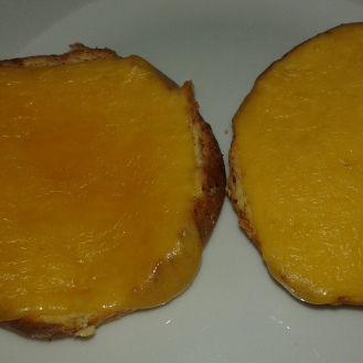 Ajouter les tranches de mimolette pour les gratiner un peu. Put slice of mimolette cheese on each and toast to melt it
