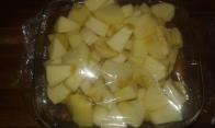 3 pommes + 1 banane coupées en dés. filmer et percer par ci par là. Peel and cut apples and banana, put in glass bowl, cover, drizzle here and there