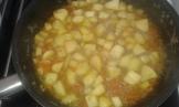 Retirer les morceaux de cuisses, pour finir de cuire les pommes et que le jus réduise un peu. take of the chicken and let the apple cook, and reduce the sauce