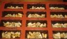 Répartir les cacahuètes dans les moules à mi-hauteur.Put peanut and walnuts in sprints until half henght
