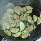 Faire poêler les courgettes émincées à l'huile d'olive Pan zucchinis' slices in olive oil, and reserve