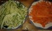 Tailler les courgettes et carottes en julienne . Cut the carrots and zucchinis in julienne.
