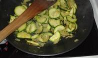 Faire suer les oignons et ajouter les courgettes et faire suer et dorer, réserver. First sweat the onion with butter, add zucchini, and sweat. reserve in bowl