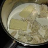 Préchauffer le four à 180 ° . Mettre à fondre le roquefort avec la crème et le beurre dans une casserole à feu moyen.Preheat the oven to 356°F and start melting slowly roquefort in the cream