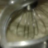 Dans la cuve du batteur, mettre le sucre et les œufs, mélanger au fouet manuellement, et ensuite mettre le batteur en toute vitesse maxi. Beurrer et fariner le moule à génoise. Whip fast honey and eggs with processor machine like for chocolate moist cake. Butter and flour the baking mould