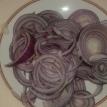 Eplucher et émincer les oignons rouges. Peel and slices red onions