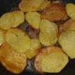 Faire sauter les rondelles de pommes de terre avec l'huile et un petit de beurre. En deux fois.Fry the potatoes in two times with oil
