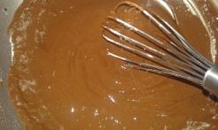 Ajouter la farine, mélanger à nouveau . Add flour and whip to bring homogen.