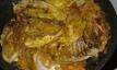 Remettre les morceaux de poumet, remuer et laisser cuire 1 minute. Pu back the chicken, stir and let cook 1 minute.