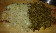 Hacher les oignons, câpres, cornichons, et persil à part. Mince onions, gherkins, and capers, parsley by side