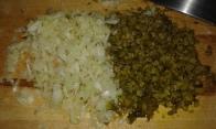 Hacher les oignons, câpres, cornichons, et persil à part. Mince onions, gherkins, and capers, parsley by side