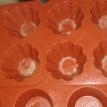 Beurrer les empreintes des moules silicones. Butter prints of silicon mould.