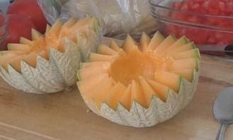 Couper le melon en dents de loup. Cut melon in wolve teeth