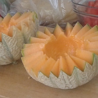 Couper le melon en dents de loup. Cut melon in wolve teeth