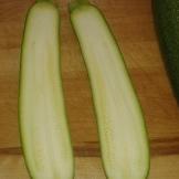 Préchauffer le four à 180°C, couper les courgettes dans le sens de la longueur. Preheat the oven at 356°F. Cut the zucchini in half lenghtwise.