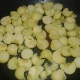 Commencer à poêler les billes de courgettes à l'huile d'olive. Pan the balls wtih olive oil.