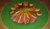 Réchauffer les ingrédients, couper le magret en tranches et dresser. Warm vegetables, slice the magret and dress on plate.