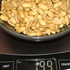 Dans une casserole inox Commencer à faire le sucre (100 gr) avec un filet d'eau pour faire le caramel et peser les cacahuètes. In saucepan, start cooking the sugar with a bit tape water (3.52 Oz) for caramel. And weigh the peanuts ( not salted)