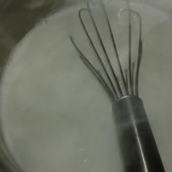 Dans une petite casserole,porter le lait à ébullition. avec gousse de vanille ou autre arôme. Bring to boil the whole milk with vanilla or other flavour.