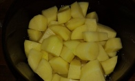 Eplucher et couper les pommes de terre pour les cuire au micro-onde pendant 15 minutes. peel and cut in cubes the potataoes to cook them in micro wave-oven during 15 minutes.