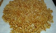 Faire la nougatine de cacahuètes et bien la laisser durcir. Make the nougatine de cacahuètes