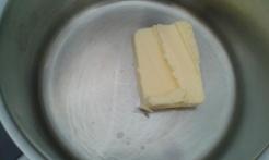 Fondre le beurre dans une casserole 20 cm de diamètre. Melt butter in saucepan, 8 inch diameter