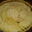 Disposer les demi-rondelles de pommes sur la mélasse, saupoudrer d'un peu de sucre, et enfourner. 10 minutes à 200 et 30 à 180 degrés.. Arrange the half-slices of apples on the molasses, sprinkle with a little sugar