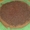 Couper le moelleux coco en deux, doucement, et imbiber le dessous avec le sirop. Cut the moist cake in two part, and sponge down with syrup.