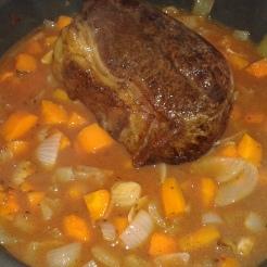 Retirer du four et ajouter le coulis de tomates. Remettre au four 2 heure sà couvert