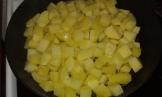 Faire commencer rissoler les dés de pommes de terre à la poêle, avec de l'huile, et une noix de beurre, commencer pleine puissance, et baisser aux 3/4 au bout de 5 minutes.