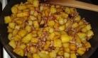 Ajouter les lardons + oignons et bien mélanger, mettre de côté hors du feu
