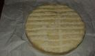 Préchauffer le four à 180 degrés. Prendre le fromage et le couper en tranches de 3 mm d'épaisseur environ