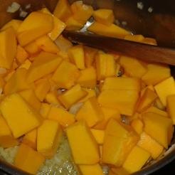 Ensuite ajouter, le potimarron en dés, bien mélanger. Add pumpkins cubes and stir.
