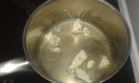 Dans une casserole, mettre le roquefort et le Noilly Prat. In a saucepan, put together roquefort cheese and Noilly Prat