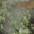 Dans une casserole assez large, faire suer l'oignon haché et le persil avec une noix de beurre. In large saucepan, sweat minced onion and mixed parley with butter.
