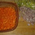 Eplucher les légumes (carotte, échalote, et poireau), les tailler finement. Prepare the vegetables, peel and cut them thinly.