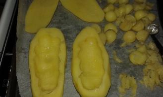 Creuser les avec une petite cuillère. Dig potatoes by means of a teaspoon