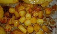 Avec l'intérieur des pommes de terre. aux côtés, with inside you've taken off, next. Don't forget to butter after you turn them.