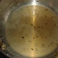 Passer le jus, remettre dans la casserole et garder de côté. Garder les éléments de la réduction.