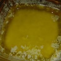 Mettre à fondre 125 gr de beurre demi-sel, au micro-onde à faible puissance. enlever le blanc à la surface, laisser reposer.