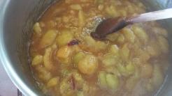 Verser rapidement les prunes dès qu'il est à bonne couleur et remuer rapidement. Verser le jus de citron.