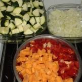 Laver, éplucher, et tailler les légumes sauf l'aubergine qui se fait au dernier moment. Clean and cut vegetables not aubergine wich you cut on last time.